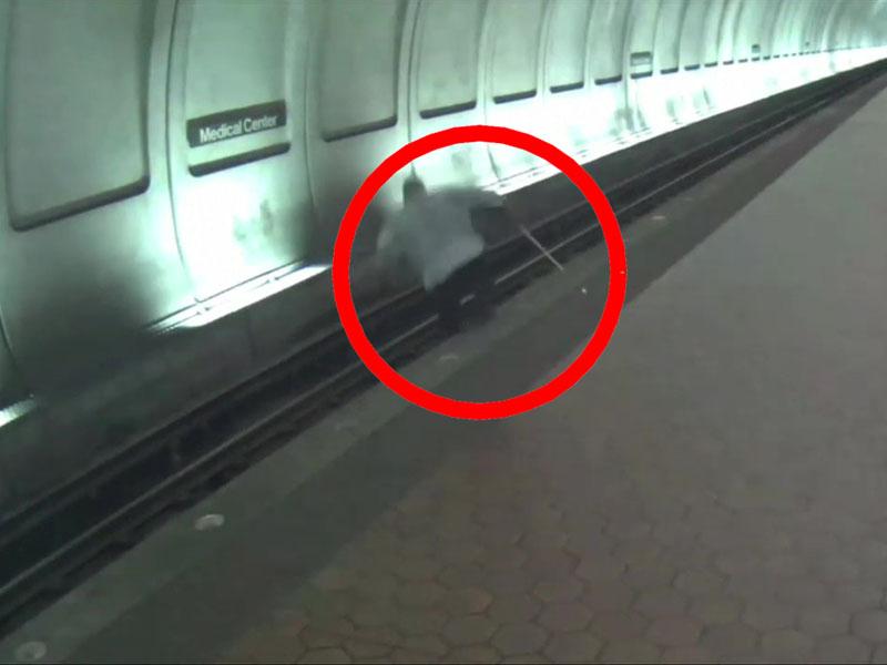 盲人踏空掉下站台,被救出20秒後列車進站。(網圖)