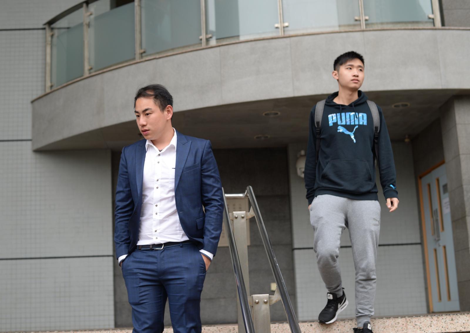 法官將案件押後至5月14日,為索取兩人社會服務令報告。涉案被告黃俊偉(左)、張昀浩(右)