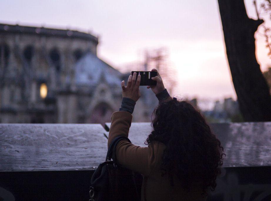 眾多民眾均痛心地見證聖母院在火海中掙扎。AP