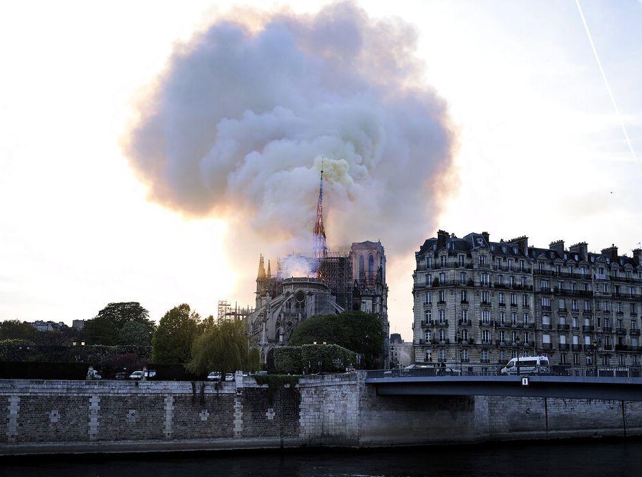 擁有850年歷史的巴黎地標聖母院遭火劫。AP