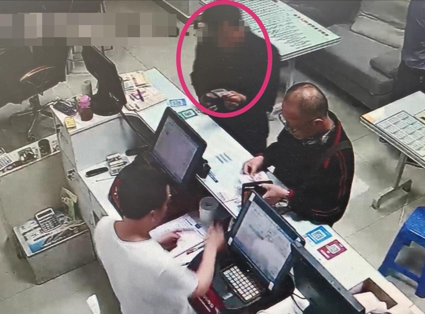 在吳男誤丟彩票後,一名男子曾在廢票箱撿起並拿走一張彩票。網圖