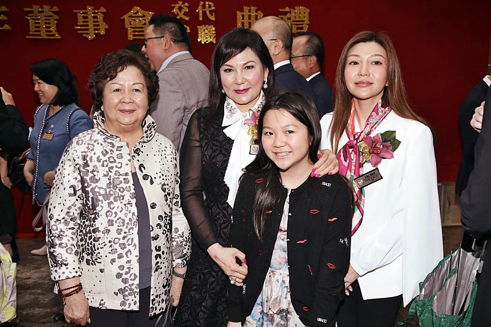 蔡太(左二)讓女兒蔡加敏(右一)接棒保良局工作。