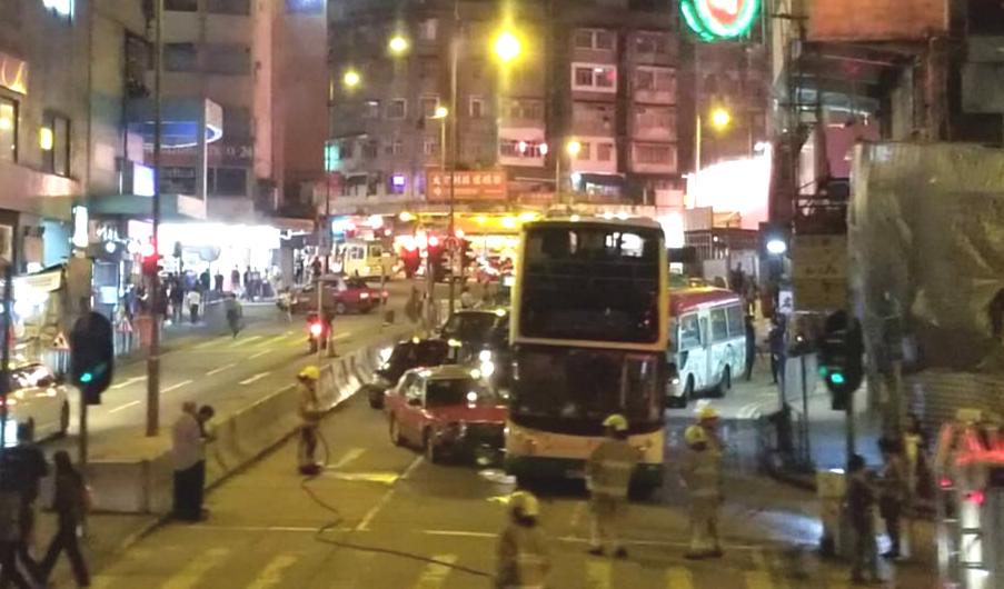 康寧道的士相撞巴士。市民提供