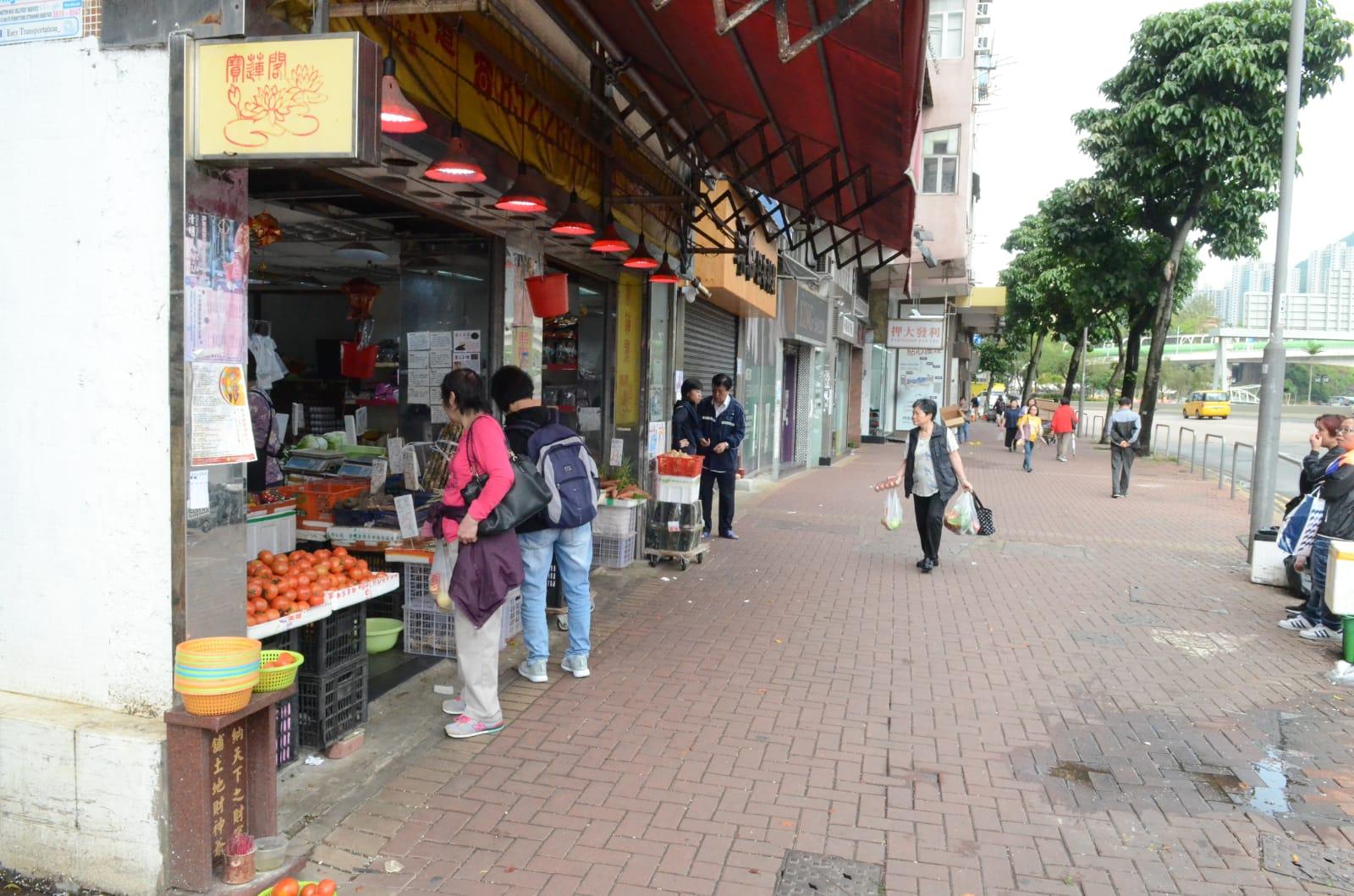 香港仔蔬果店女東主揮刀被警員制服。