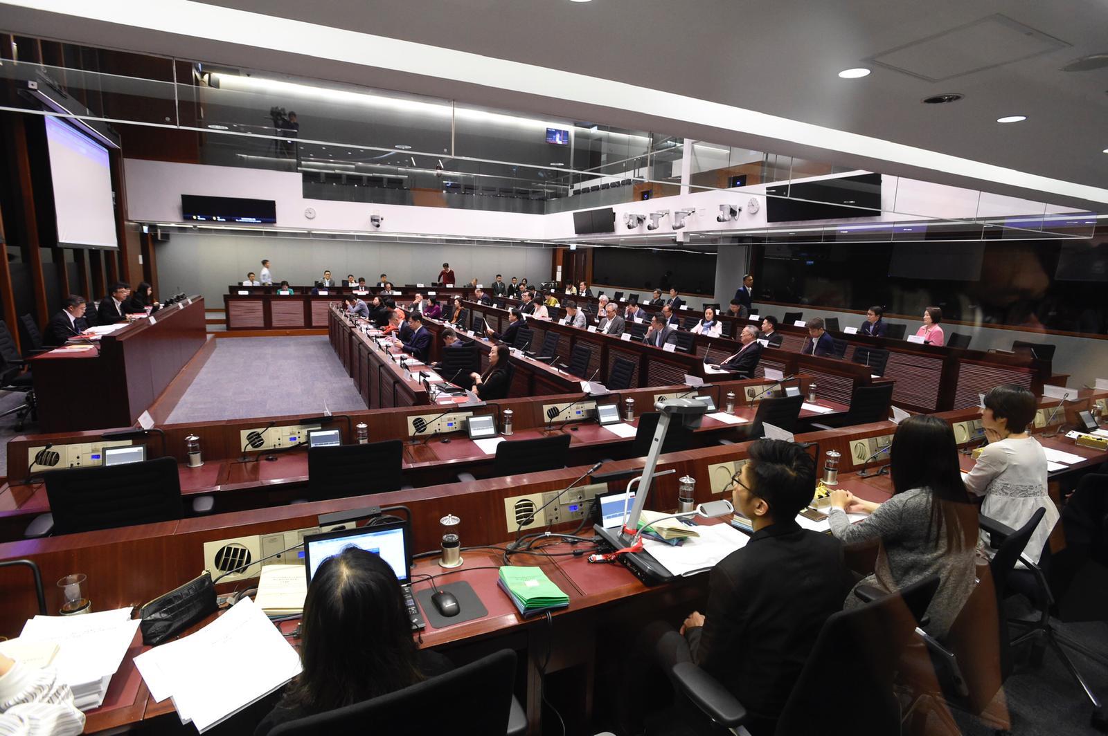 会议开逾2小时仍未选正副主席及审议条文。