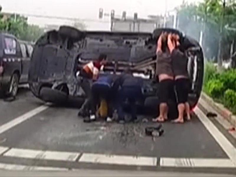 连环追尾女童被压车底,街坊抬车救人。
