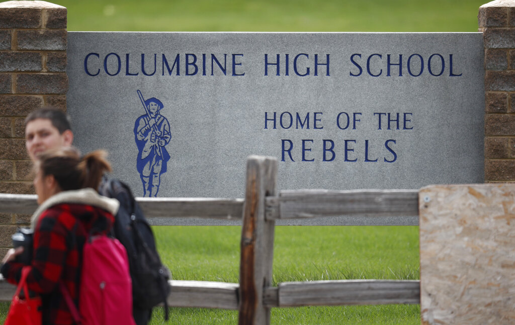 哥伦拜恩高中和区内其他学校接到恐吓。  图片