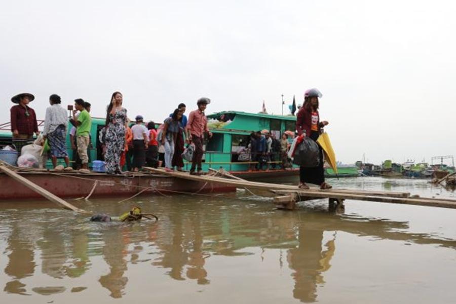 船上载有40多人,属于严重超载,导致船只负荷不了,造成翻船意外。 示意图