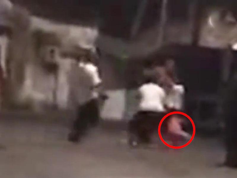 赤裸上身的醉汉对女儿拳打脚踢。