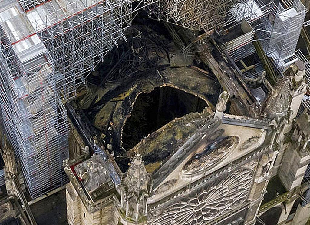 圣母院屋顶损毁严重,出现一个直径数米的大洞。 AP图