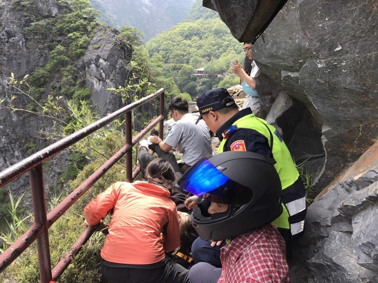 太魯閣有遊客遭落石擊傷。網圖