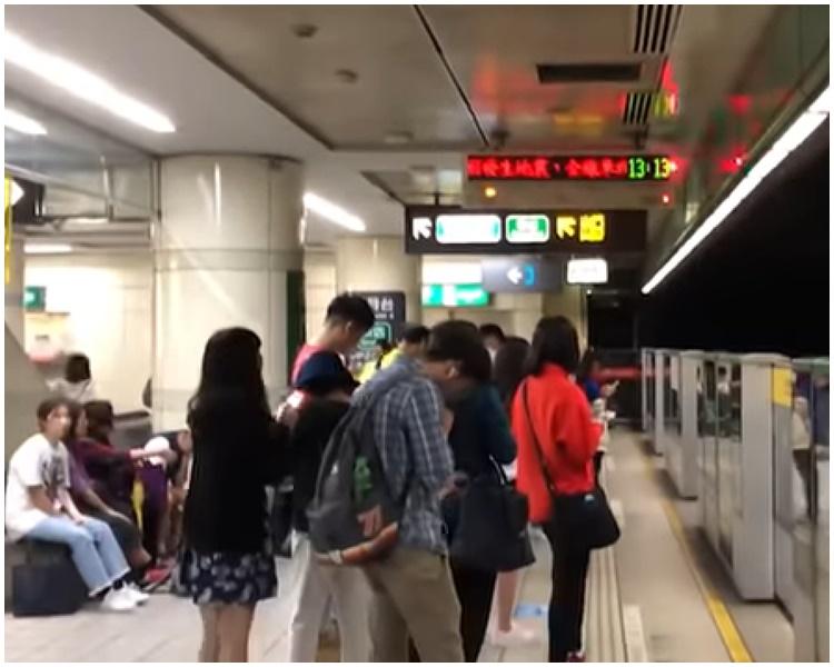 台北捷運一度停駛,乘客滯留月台。網圖