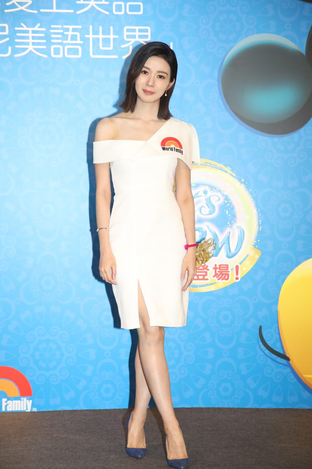 麥明詩一身單肩白色連身裙美麗大方。