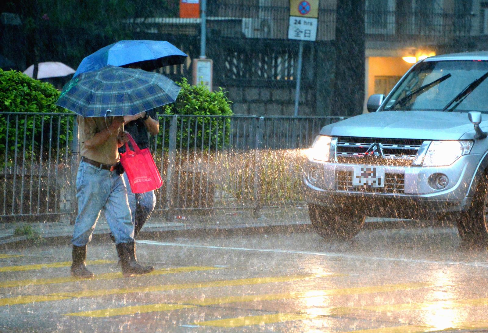 強雷雨正影響本港附近及沿岸海域。資料圖片