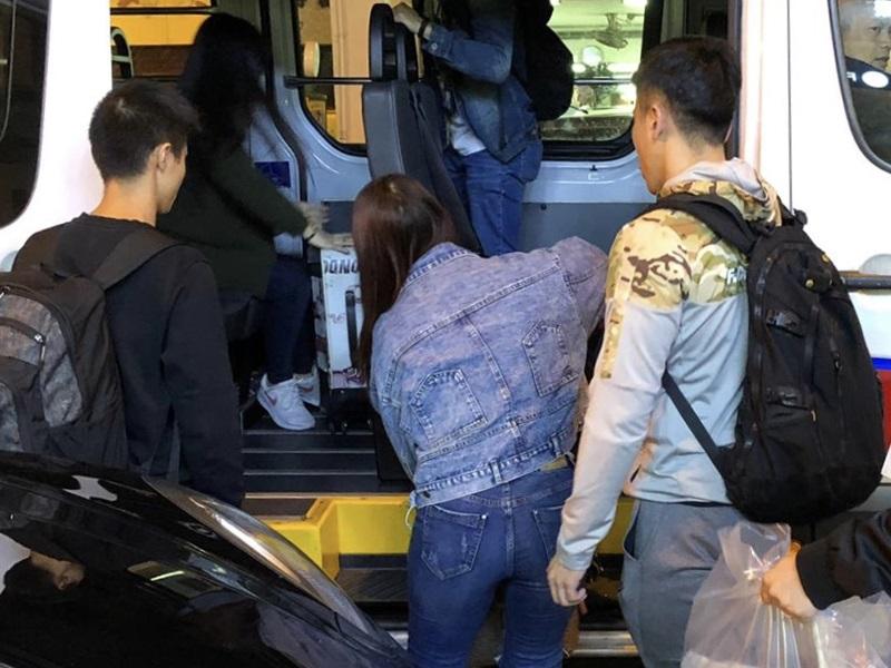 被捕女子帶返警署調查。(警方圖片)