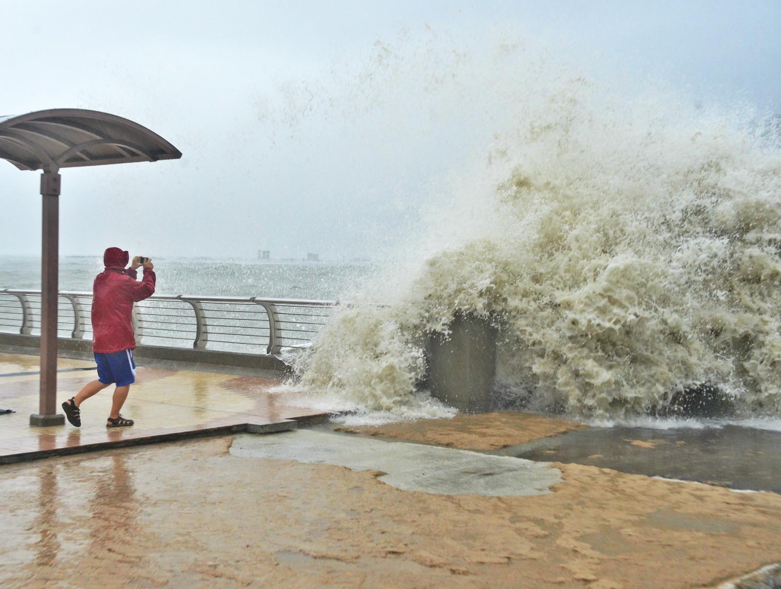 天文台警報鄰近海域吹颶風。資料圖片