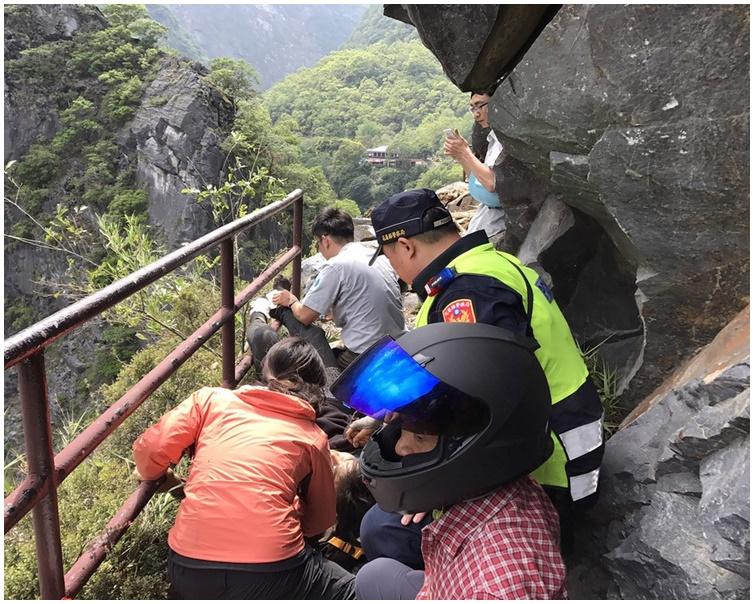 1男女遊客昨日在太魯閣綠水步道被落石擊中受傷。圖:花蓮消防局