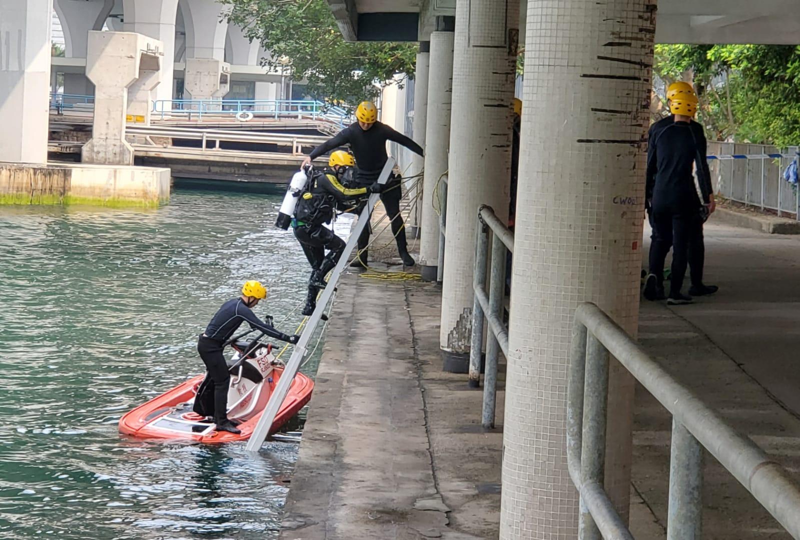 消防早上派出蛙人頭落海搜索。