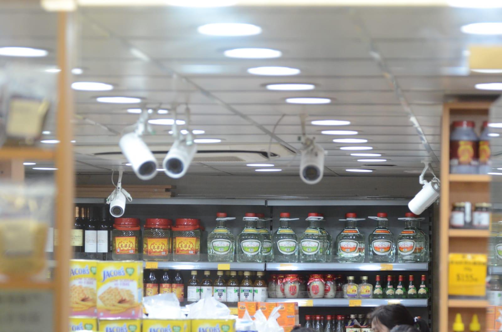 店铺内外共装有至少10个闭路电视镜头。
