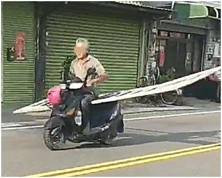 阿伯駕電單車當貨車載一條4米寬鐵欄在馬路上橫行。圖:彰化踢爆網