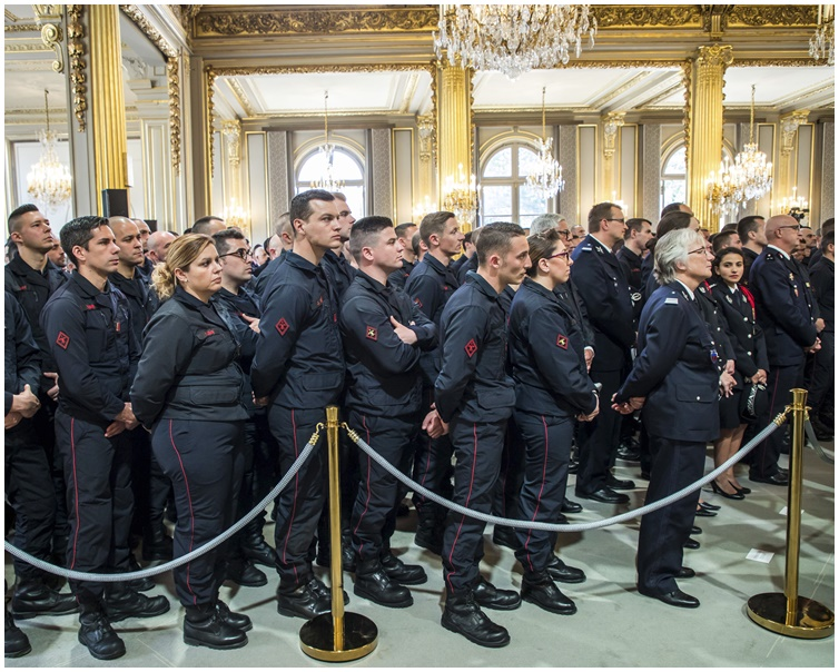 馬克龍周四在愛麗舍宮接見約250名消防員及表揚他們拯救了聖母院。AP