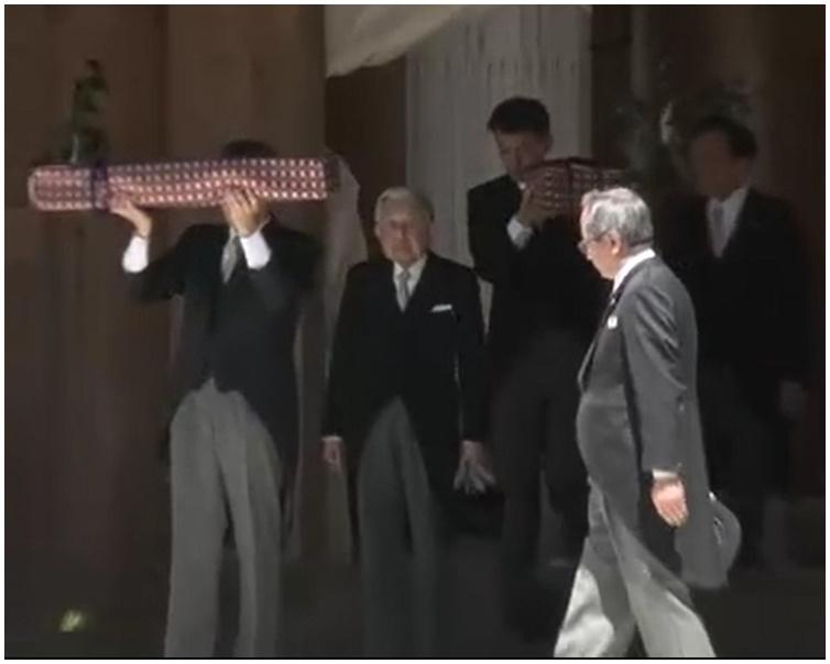 明仁到伊势神宫侍从手捧历代天皇所传承「三种神器」。图:NHK截图