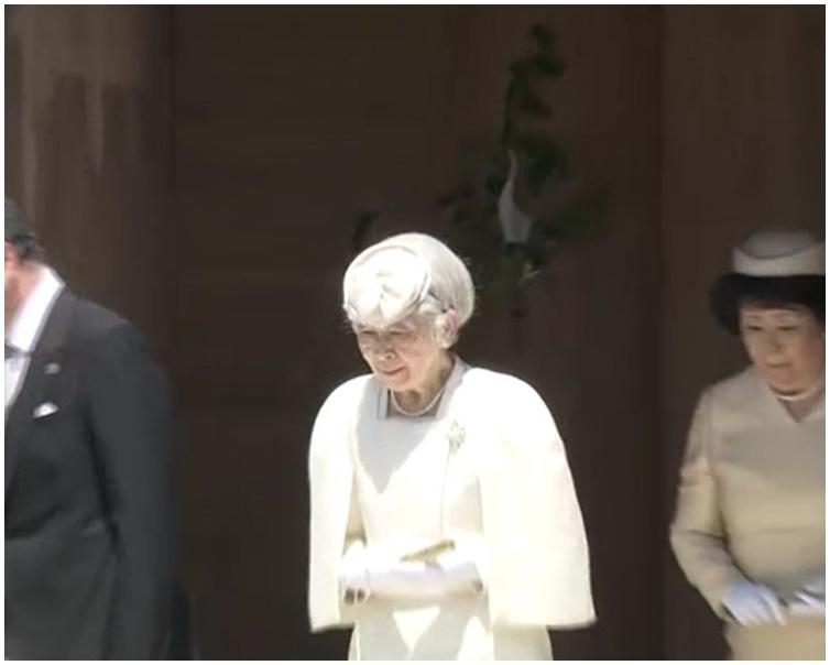 美智子穿着白色参拜礼服。图:NHK截图