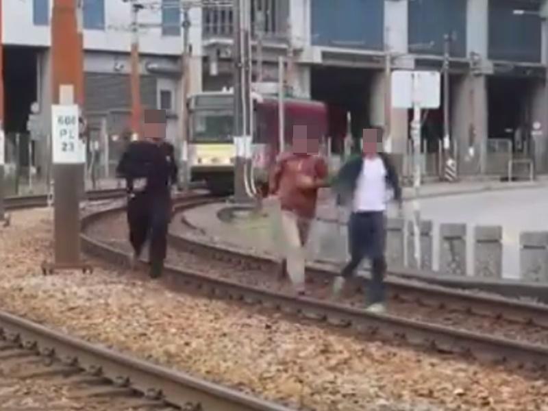 三印青年闖入輕鐵路軌。影片截圖
