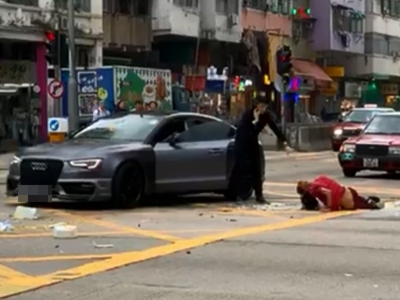 Audi跑車將外賣男撞倒後,司機上前查看傷者傷勢。(FB截圖)