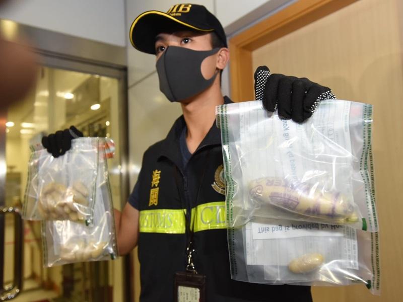 海关人员展示所检获的毒品。