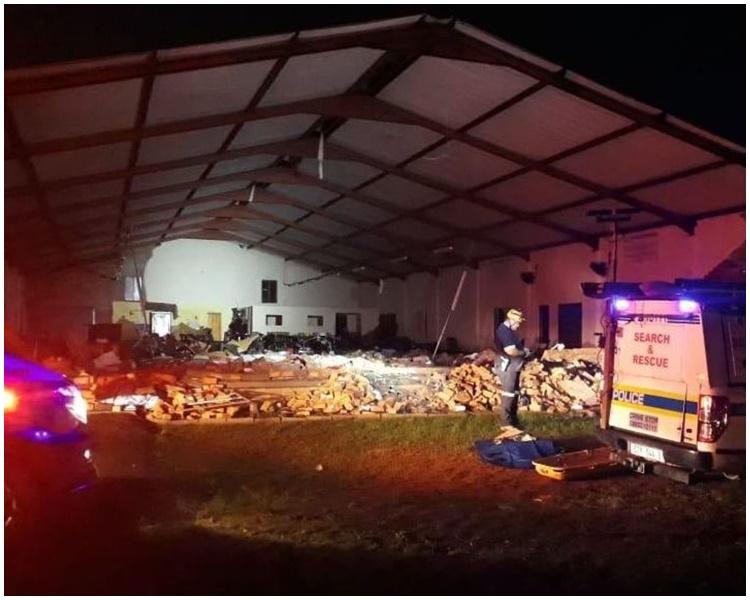 教堂整面牆倒下。Twitter