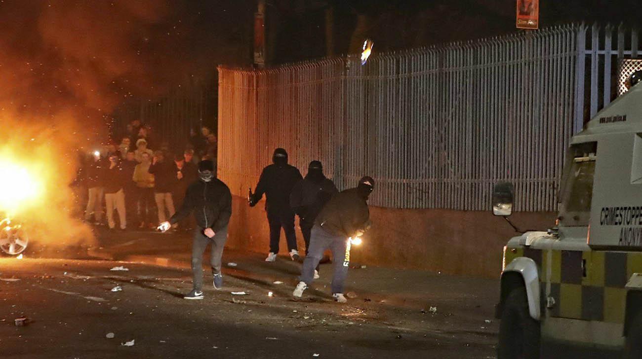 暴徒投掷爆炸品。