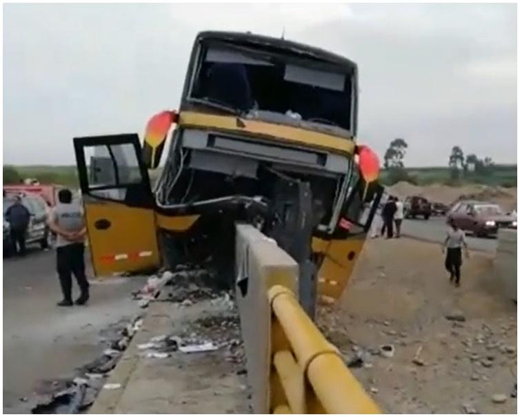 巴士失事撞上路邊隔離墩。AP