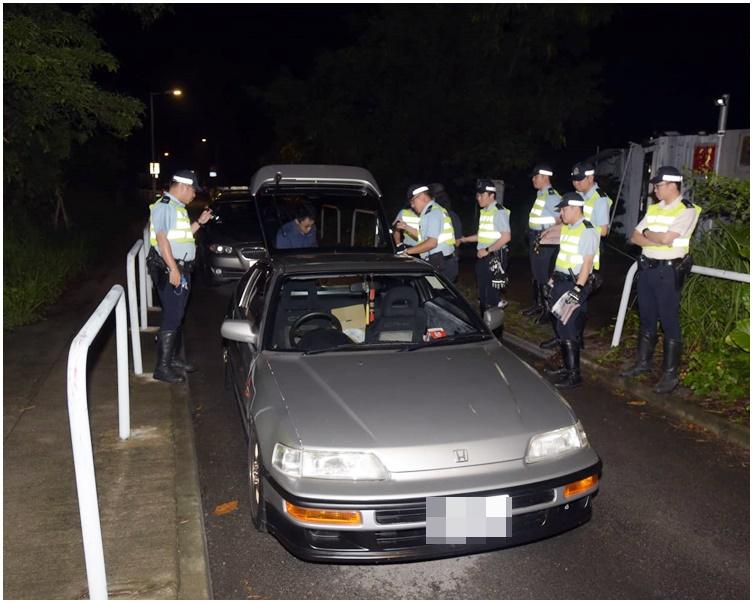 私家車曾多次不依照燈號行駛及胡亂切線。