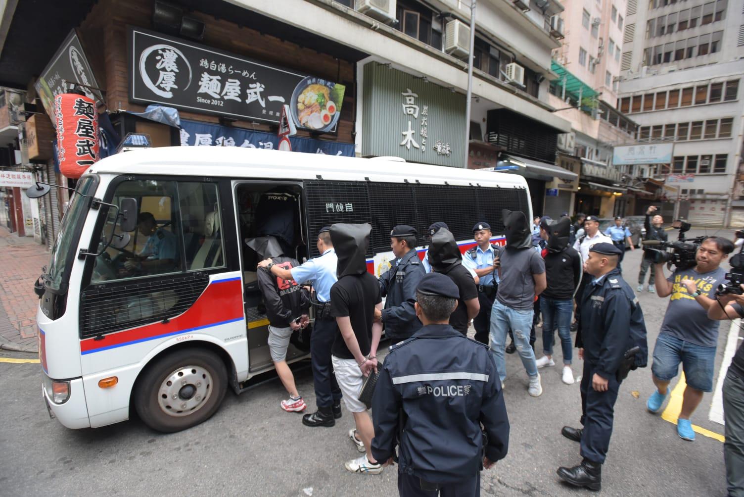 警員在棉登徑13號一酒吧拘捕6名男子涉嫌「藏毒」。