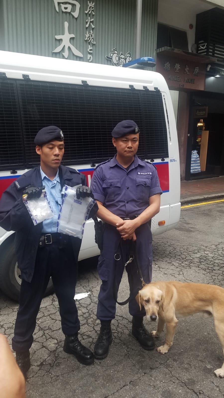警方展示檢獲的證物。