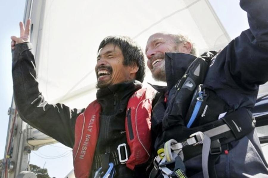 岩本光弘(左)駕駛帆船,自美國加州聖地牙哥出發,航行約2個月後,在今早抵達福島縣港口。Twitter圖片