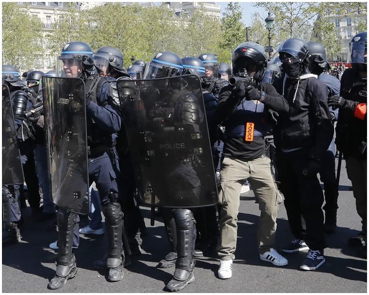 警方扣留超過200人。 AP