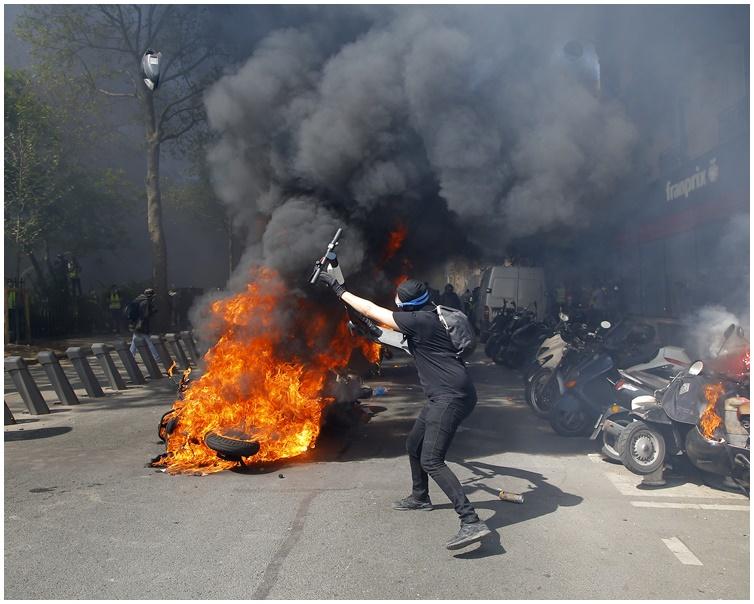 途中示威者與警方發生衝。AP
