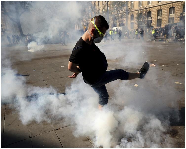 有示威者不斷施放黃色煙霧。AP
