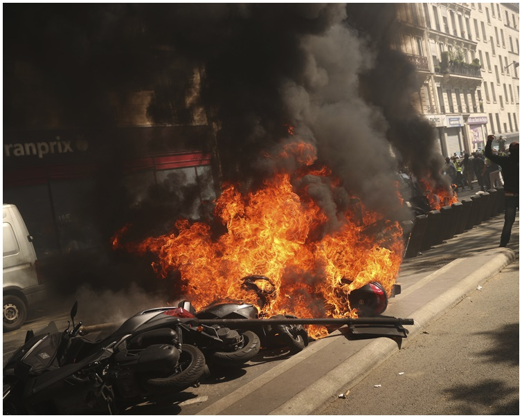示威者燃燒電單車等車輛和雜物等。AP
