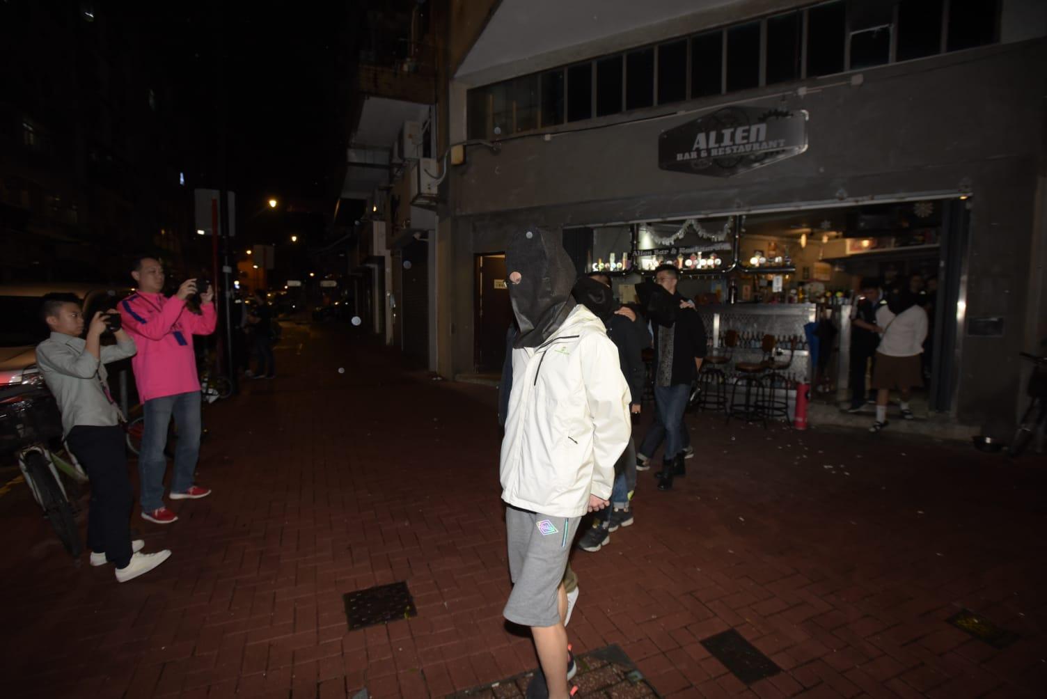 在大埔仁兴街的行动共拘捕9男1女。