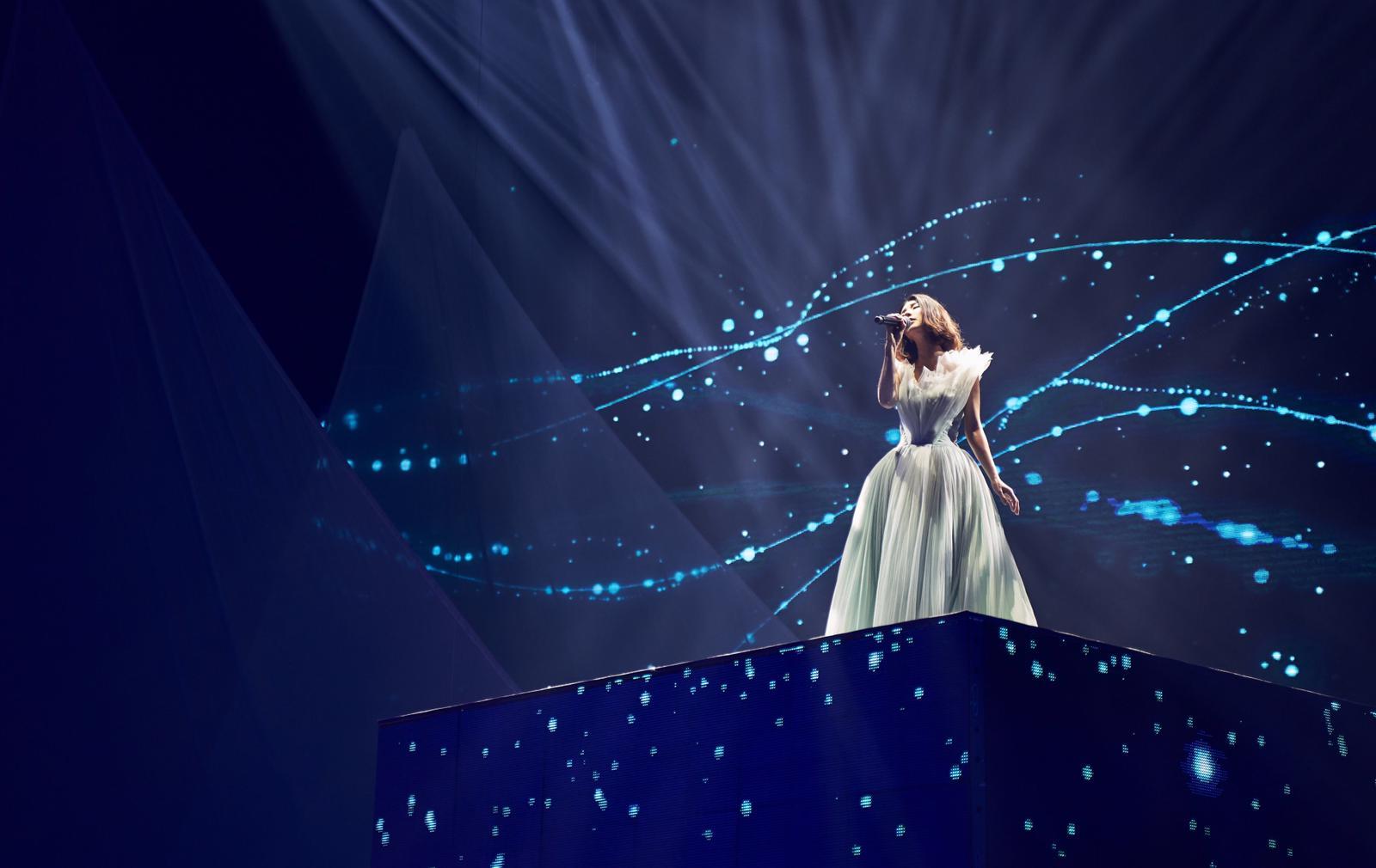 以「女神」造型現身舞台上的琇琇獻唱《芙烈亞》揭開演唱會序幕。