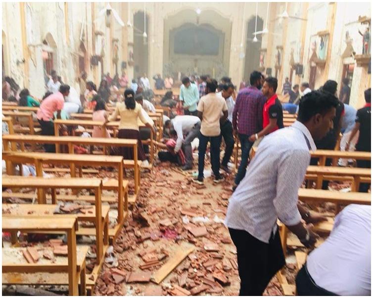 爆炸后教堂内多人倒地受伤,现场一片颓垣败瓦。网图