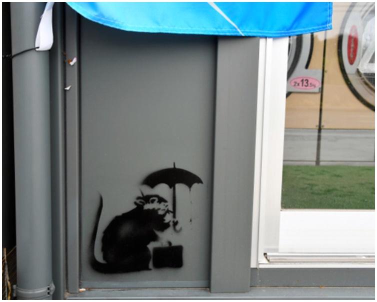 自助洗衣店外墙下方,惊现一幅疑似班克西涂鸦的作品。twitter