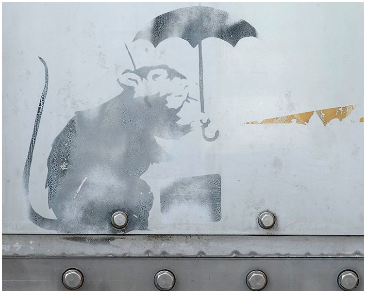 东京日前出现的涂鸦一样是提着公事包撑伞的小老鼠。twitter