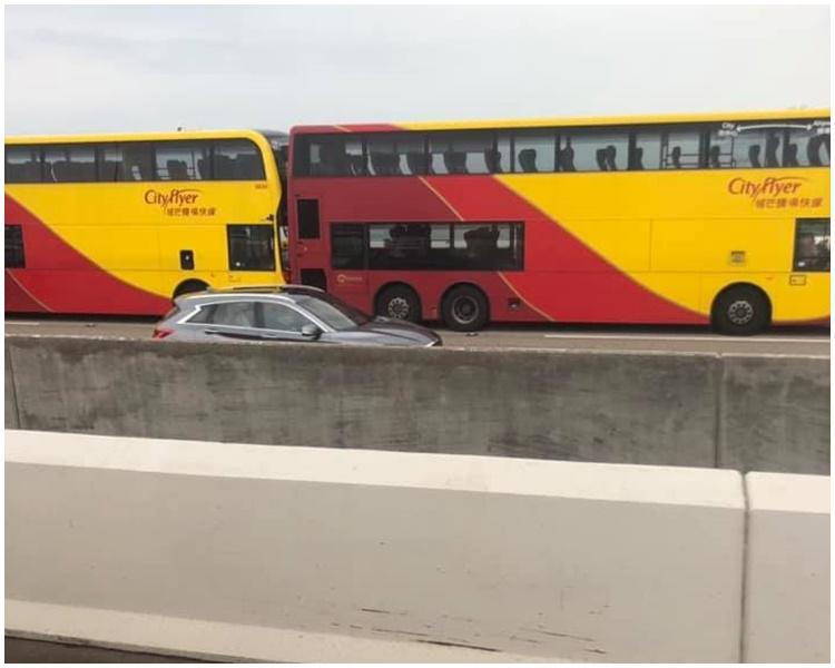 青馬大橋有巴士相撞。FB香港突發事故報料區/浩賢