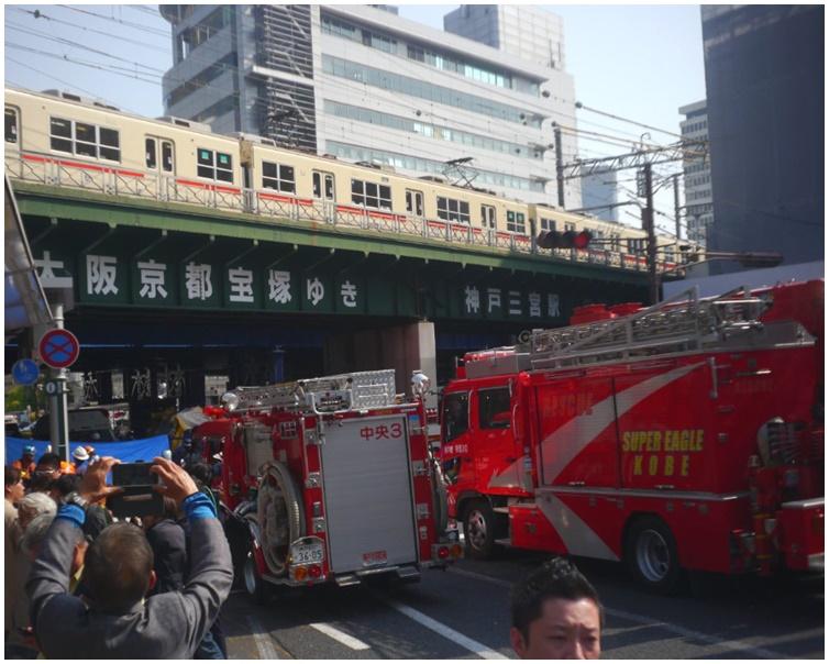 大批消防及警察趕到現場。twitter