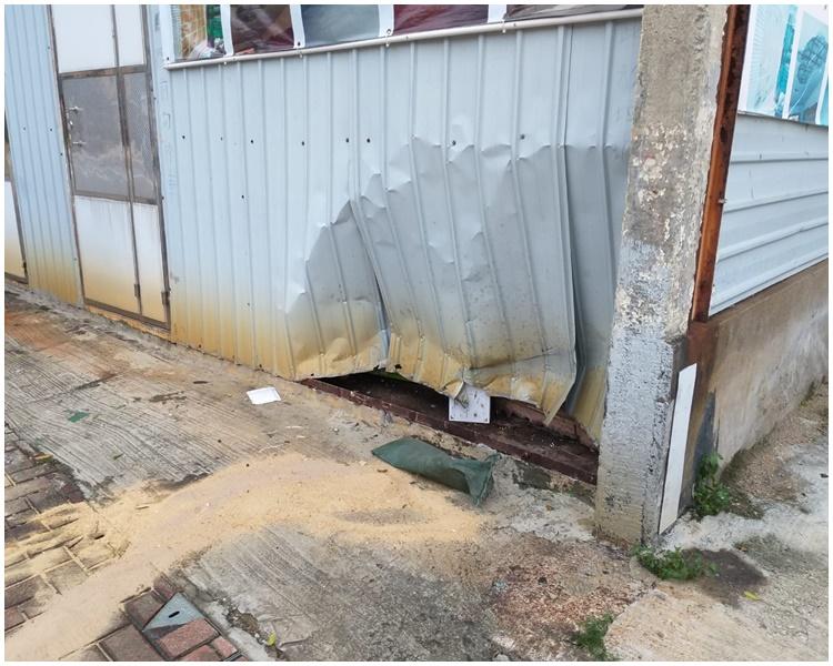 有鐵皮屋被撞凹。
