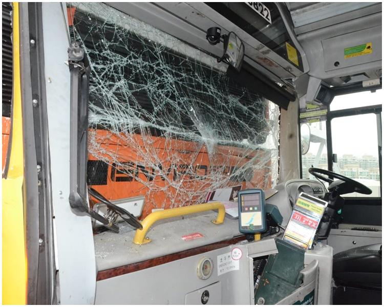 司機位置嚴重受損。